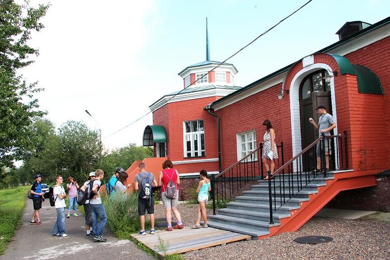 Экспонаты музея располагаются уже на подходе к нему – люк 1913 года пользуется популярностью среди посетителей.
