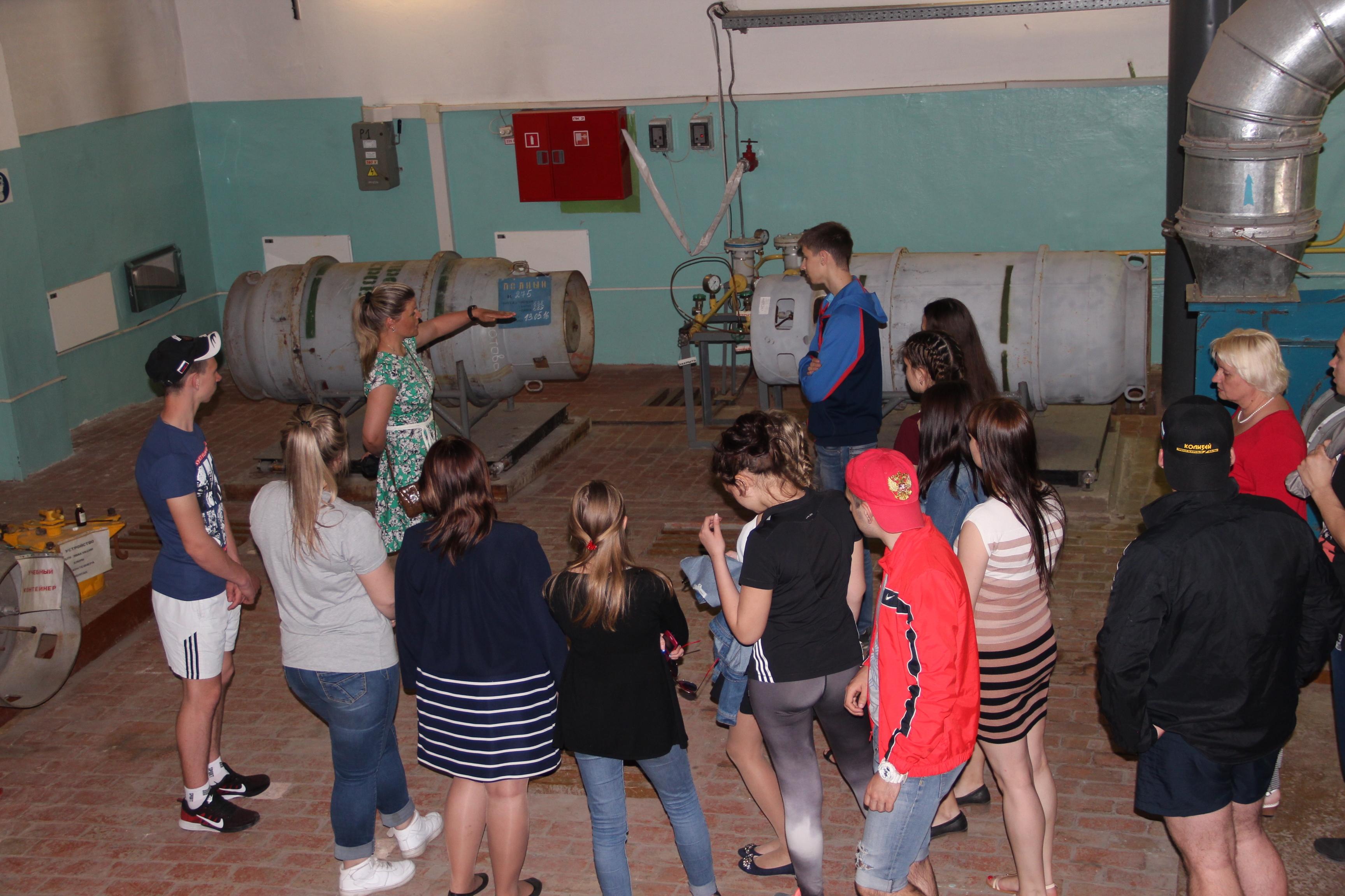 Заместитель начальника цеха водозаборных сооружений – технолог Марина Яковлева знакомит студентов с принципами работы хлораторной станции.
