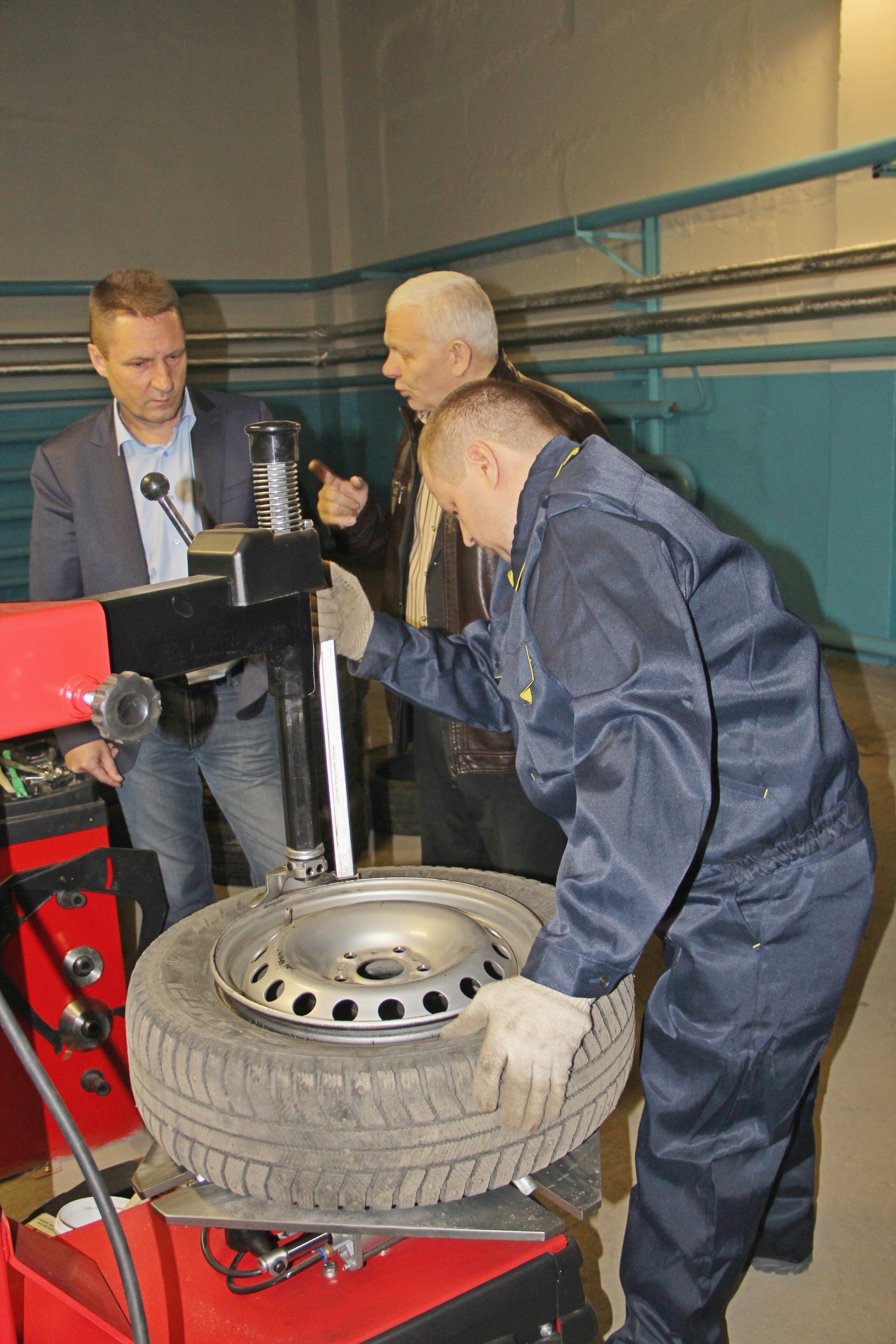 «КрасКом» приобрел для автотранспортного цеха шиномонтажное оборудование. Даже с учетом его 100-процентной загрузки всего три месяца в год экономия от «переобувки» техники превысит 400 тысяч рублей.