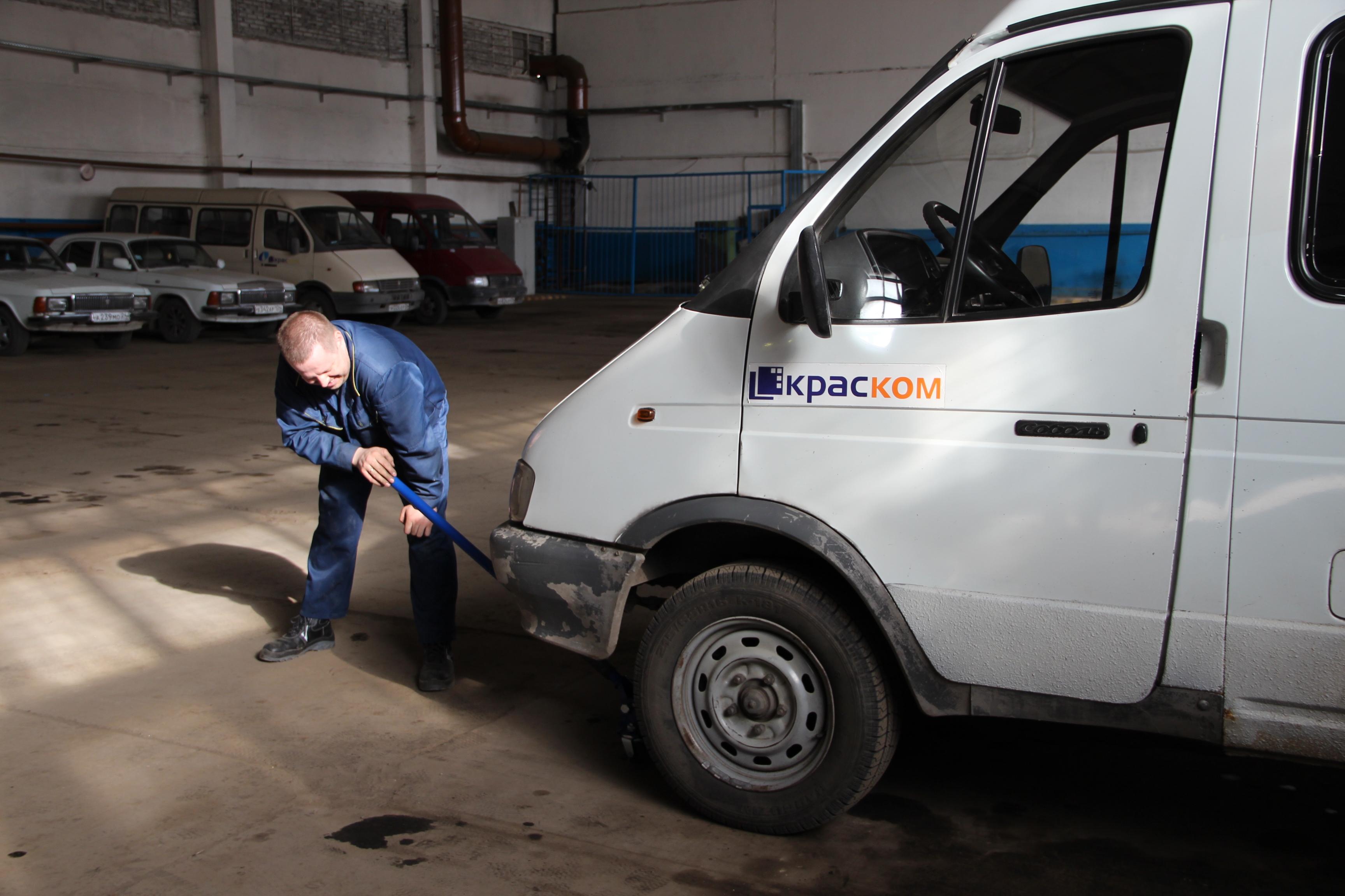 Этой весной «краскомовские» автомобили поменяли зимнюю резину на летнюю в собственной «шиномонтажке».