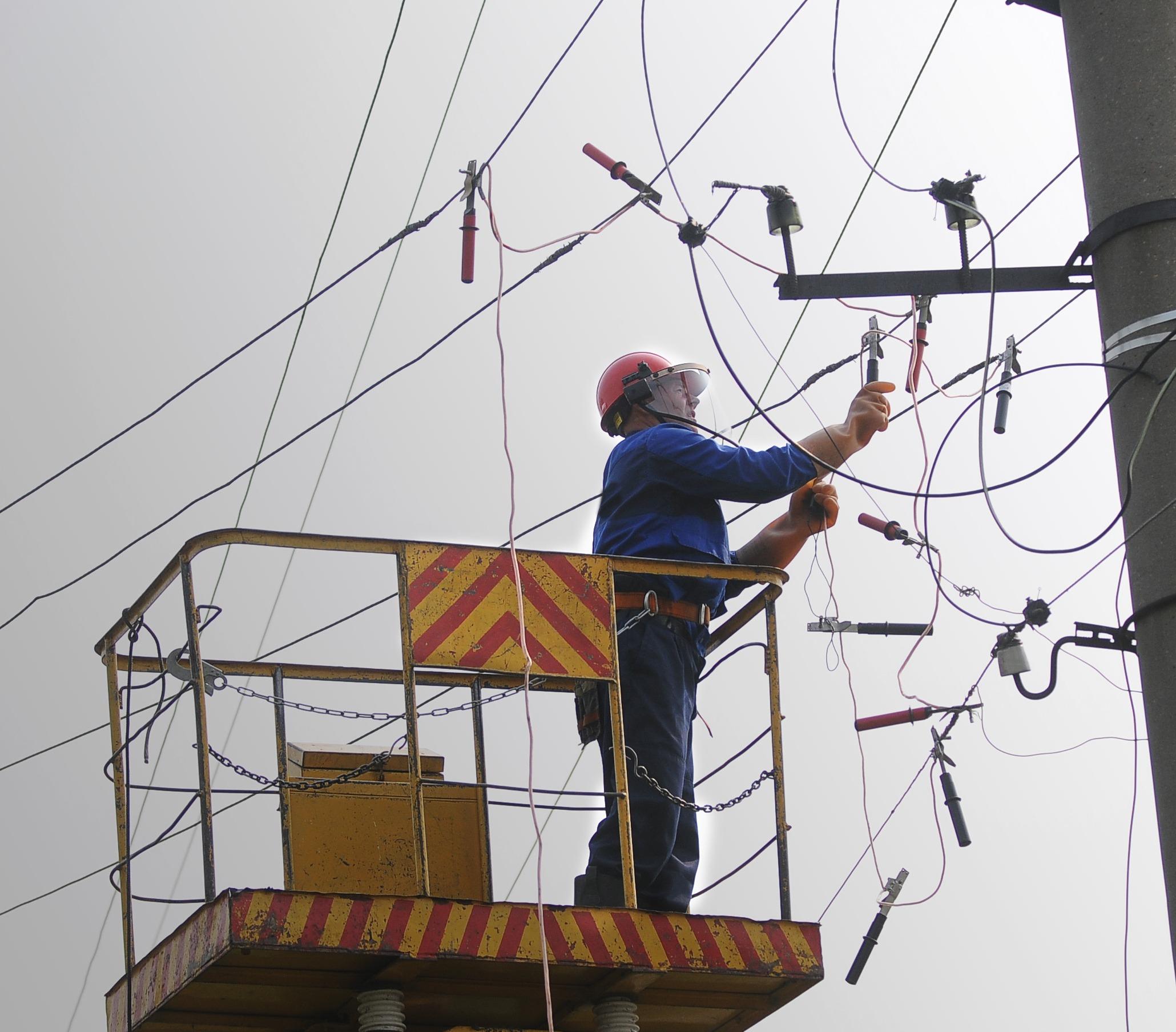 Для скорейшего восстановления электроснабжения потребителей состав оперативно-выездной бригады цеха распределительных сетей «КрасКома» был дополнен дежурившими на дому электриками.