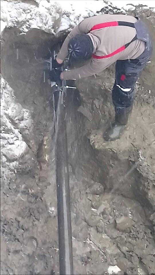 Специалистами Цеха по эксплуатации и ремонту водопроводных сетей «КрасКома» совместно с УСК «Сибиряк» было найдено техническое решение, которое позволило не отключать холодную воду на время ремонта поврежденного участка трубопровода.