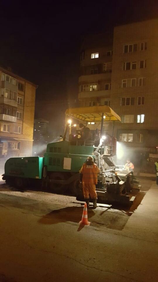 Первым адресом, где было уложено новое дорожное полотно, стала улица Ленина в районе дома № 24. Здесь минувшей зимой ремонтировали сети холодного водоснабжения, а также проложили более 200 метров новой теплотрассы.