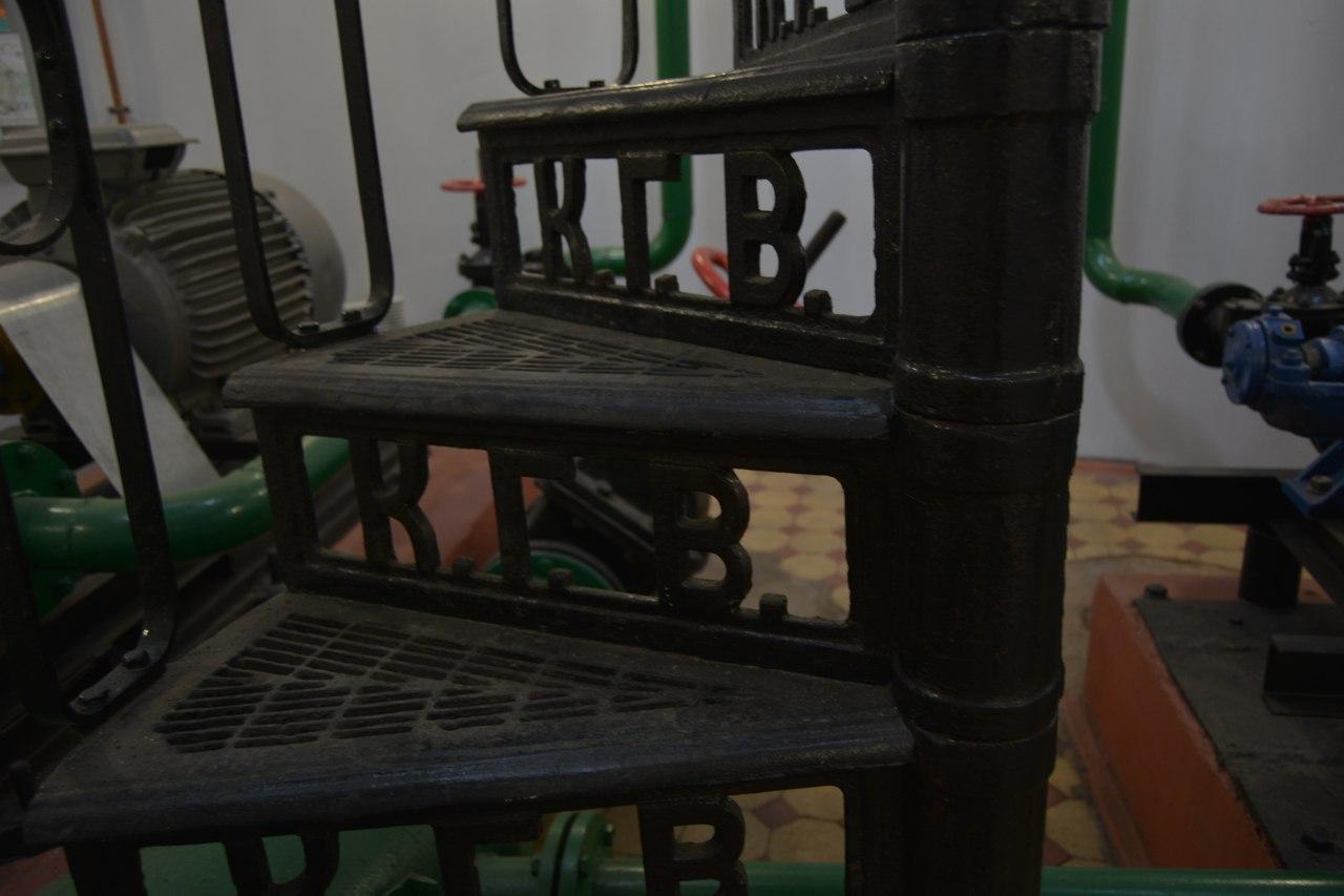 Дальнейшее знакомство с историей и устройством городской системы водоснабжения ребята продолжили по пути в Музей водопровода. Здесь главным экспонатом они выбрали для себя винтовую лестницу, отлитую по спецзаказу в 1913 году для строительства шахтного колодца городского водозабора. Спуск-подъем по чугунным лесенкам сотрудники Центра путешественников превратили в увлекательное соревнование, которое с успехом прошли участники экскурсии.