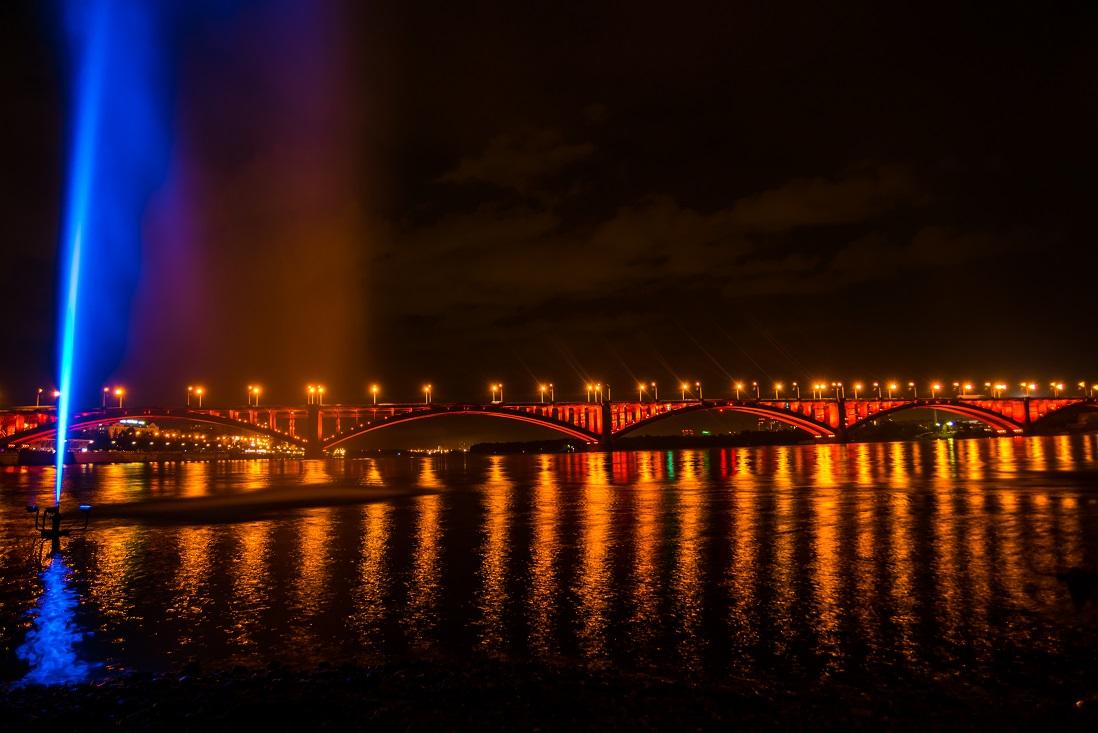 24 августа запустили подсветку Коммунального моста.  Освещение фонтана и моста стали единым целым.