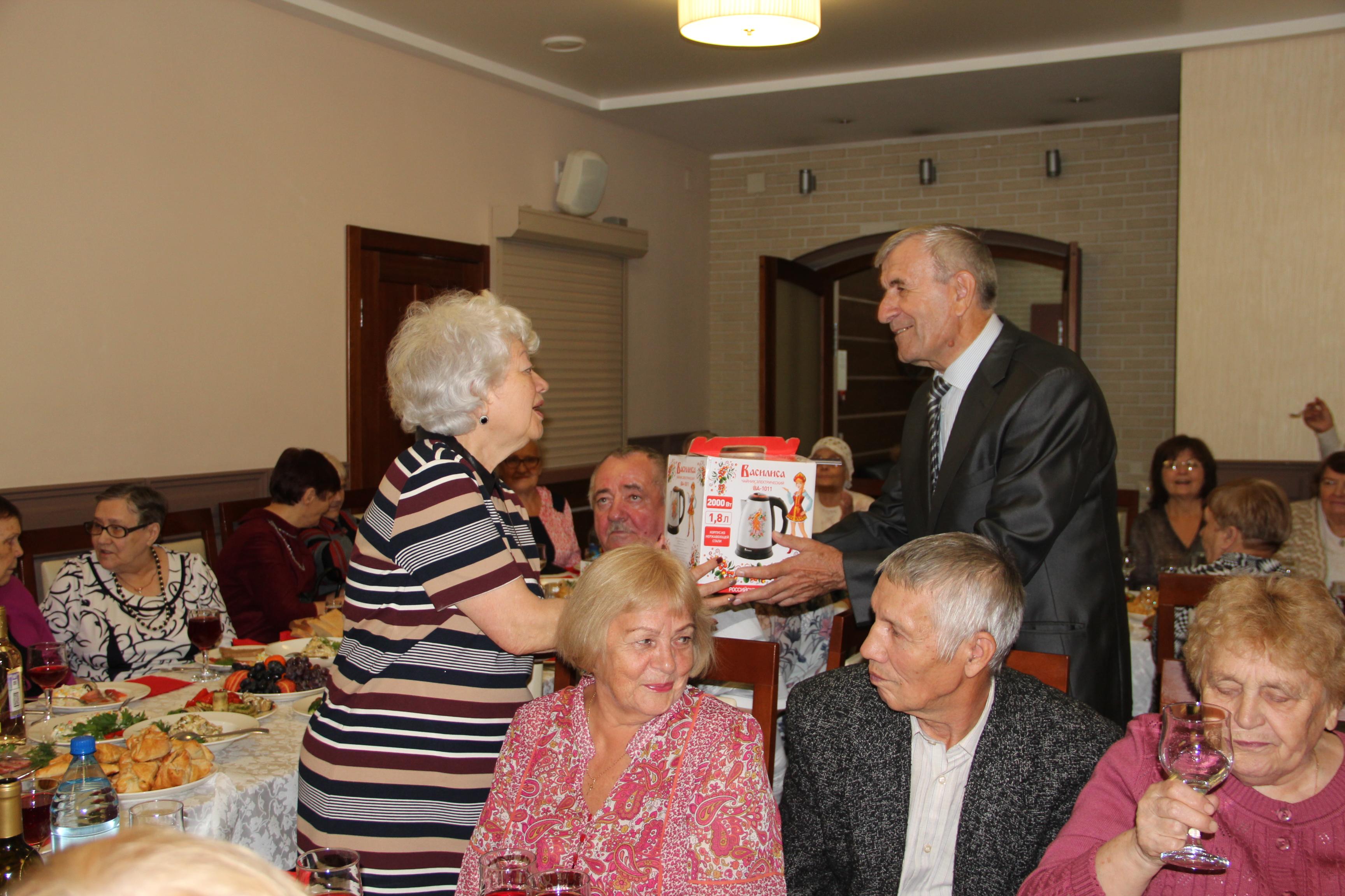 18 юбилярам, чей стаж работы превысил 20, были вручены памятные подарки за большой личный вклад в развитие ЖКХ города.