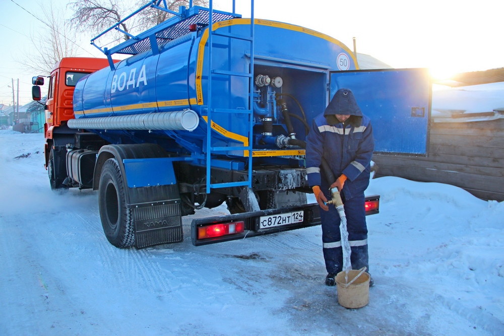 На время отогрева перемерзших водоразборных колонок в частный сектор КрасКом подвозит питьевую воду