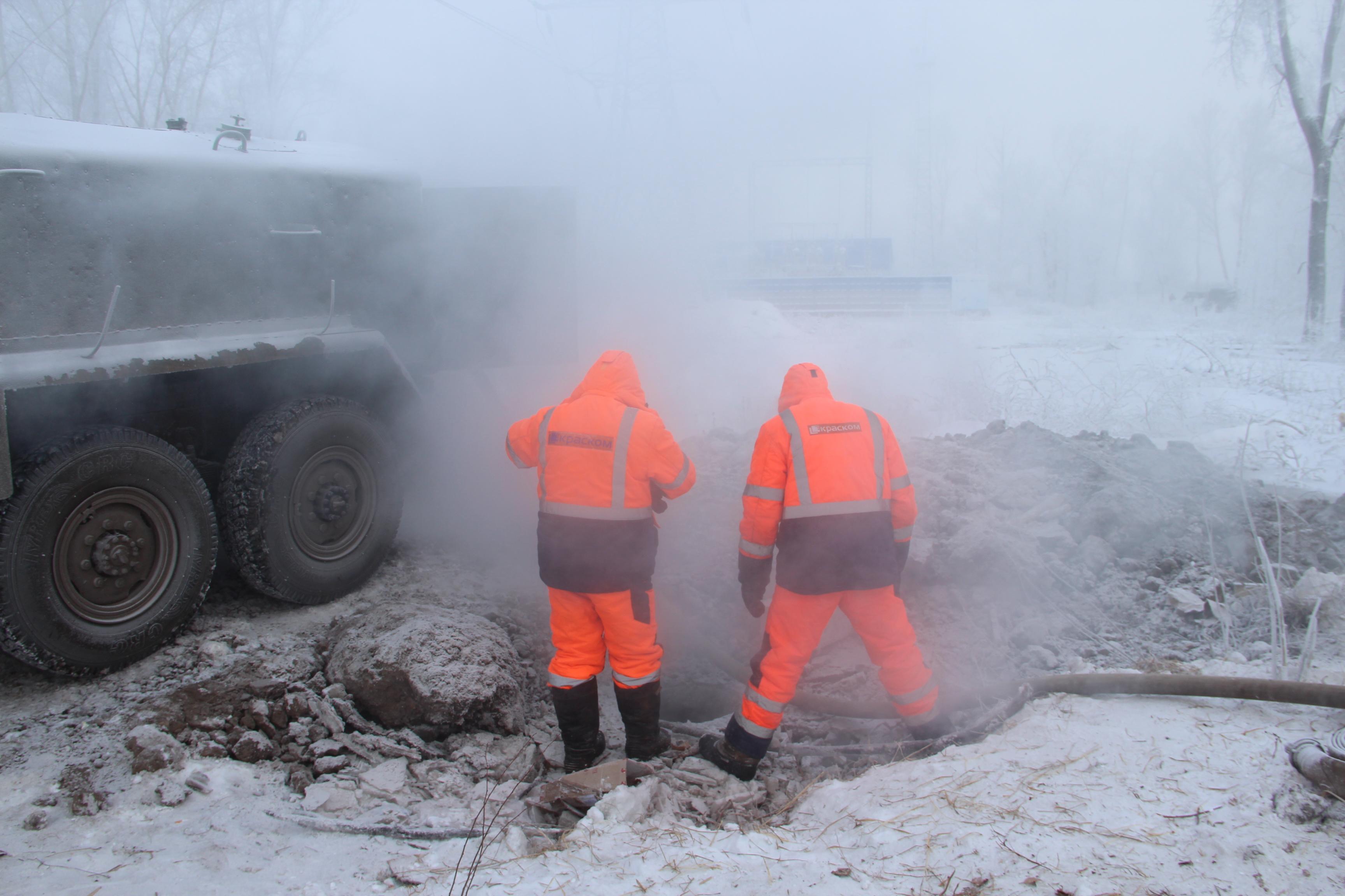 Холодная вода подается в Свердловский район в полном объеме. Аварийный участок выведен из схемы водоснабжения района. Восстановительные работы продолжаются.