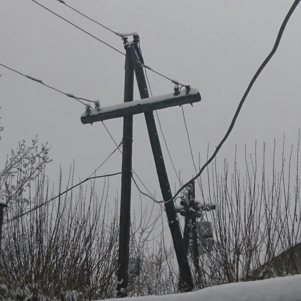 Налипший на проводах снег стал потенциальной угрозой обрыва электрических проводов.  Визуальный осмотр порядка 100 км воздушных линий показал, что конструкции выдержали испытания апрельским снегопадом.