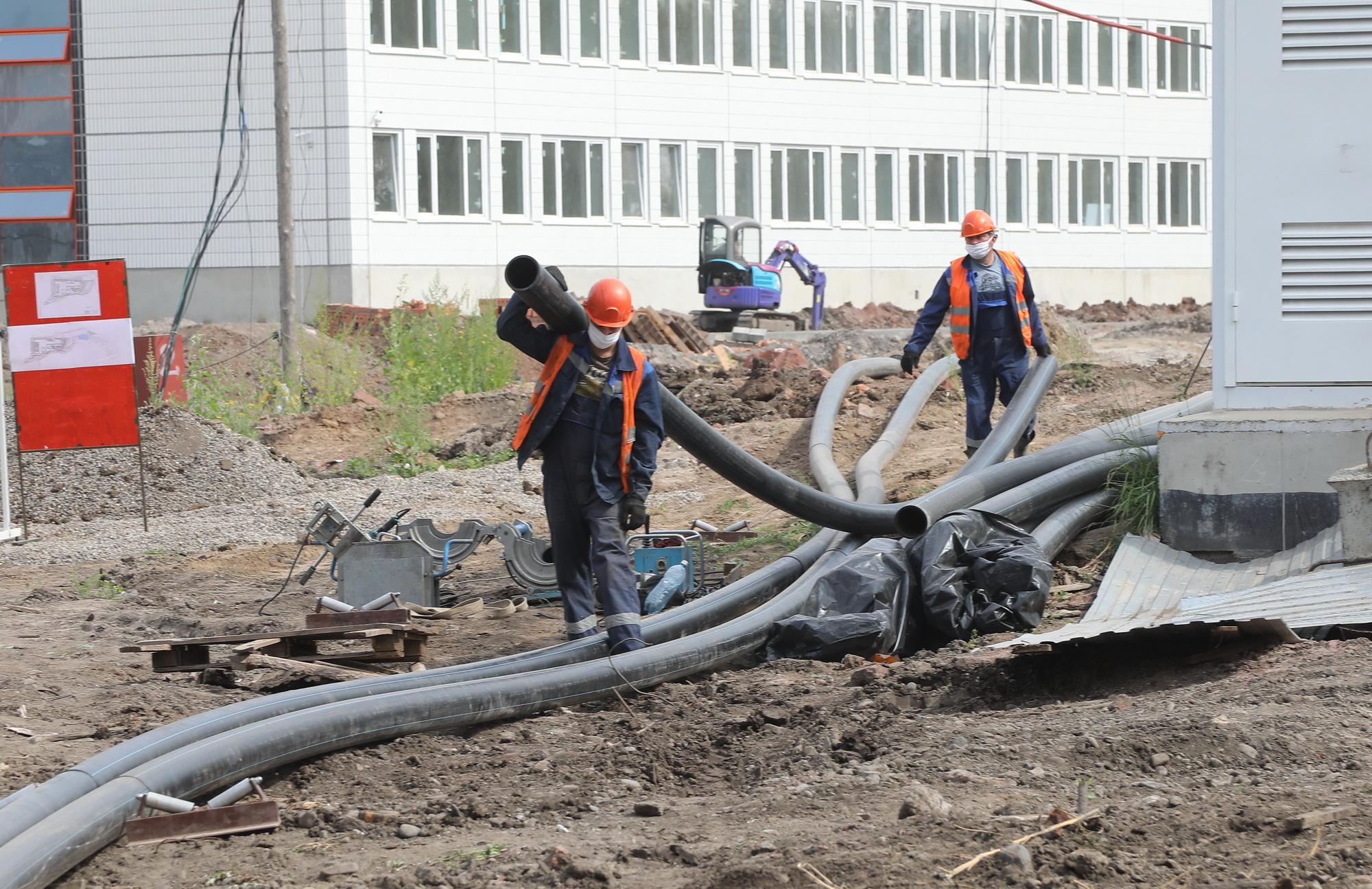 Для обеспечения самой большой школы Свердловского района услугами водоснабжения и водоотведения КрасКом построит 2 065 погонных метров трубопроводов, в том числе 753,4 м. водопровода и 1 311,3 м. канализации. Трубы питьевого водоснабжения и водоотведения прокладывают методом горизонтально-направленного бурения.