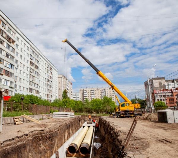 теплотрасса на улице Ладо Кецховели строится Сибирской генерирующей компанией для замещения неэффективных котельных в Октябрьском и Железнодорожном районах.  Это позволит подать тепло от ТЭЦ-2 в новые микрорайоны левобережной части Красноярска.