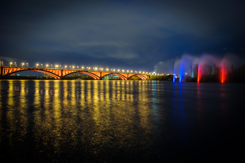 24 августа 2018 года запустили подсветку Коммунального моста. Освещение речного фонтана и моста стало единым целым в цветах российского флага.