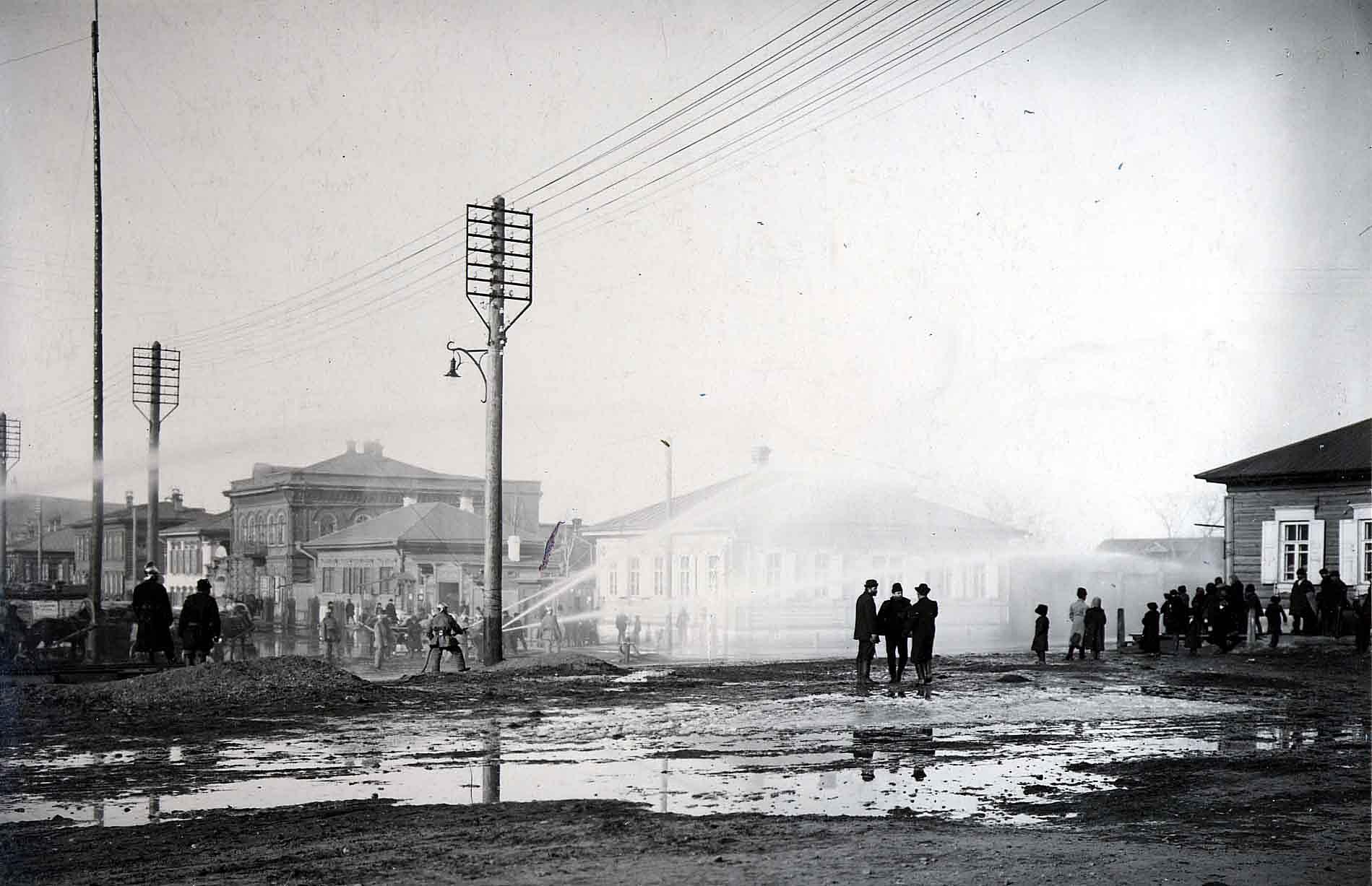 14 сентября 1913 года пожарная дружина вольно - пожарного общества, подключив рукава к гидрантам, устроила показательный водяной фейерверк на радость собравшихся горожан.