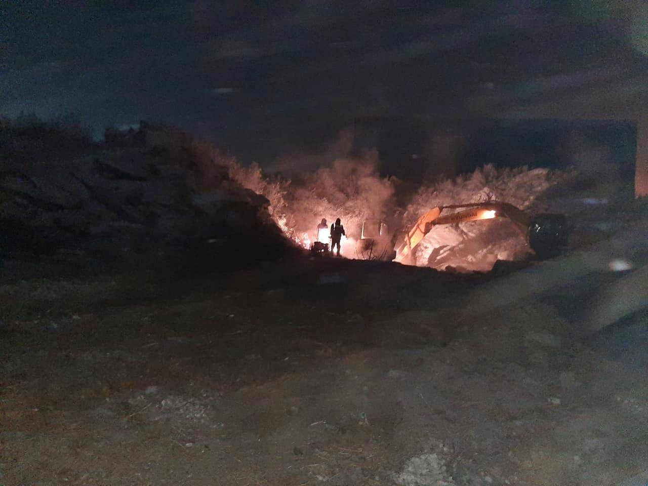 Всю ночь слесари «КрасКома» вручную очищали заиленную технологическую камеру системы водоснабжения п. Солонцы, чтобы добраться до поврежденного участка.