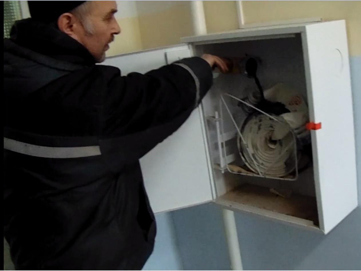 Мутность в пожарном кране на третьем этаже составляла 6,50 мг/дм3, а на пятом — 12,2. Исследование этих проб воды по микробиологическим показателям продолжаются